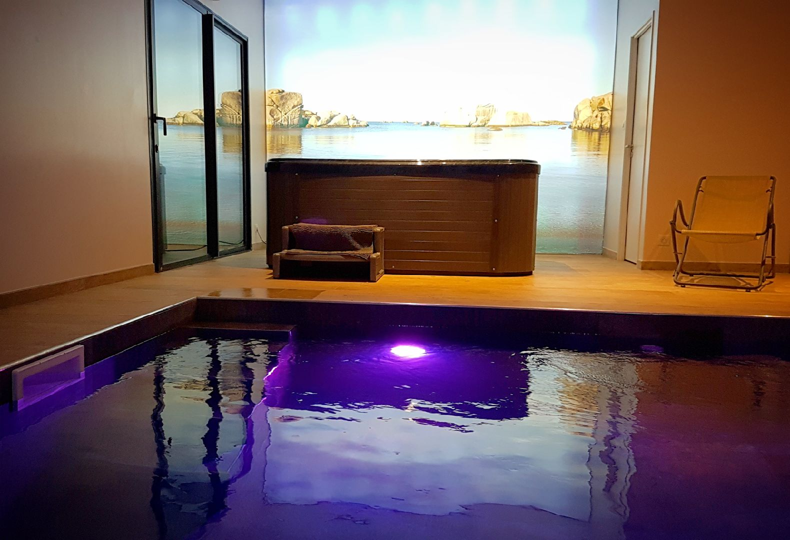 Suite avec piscine int rieure chauff e et jacuzzi privatif for Suite avec piscine